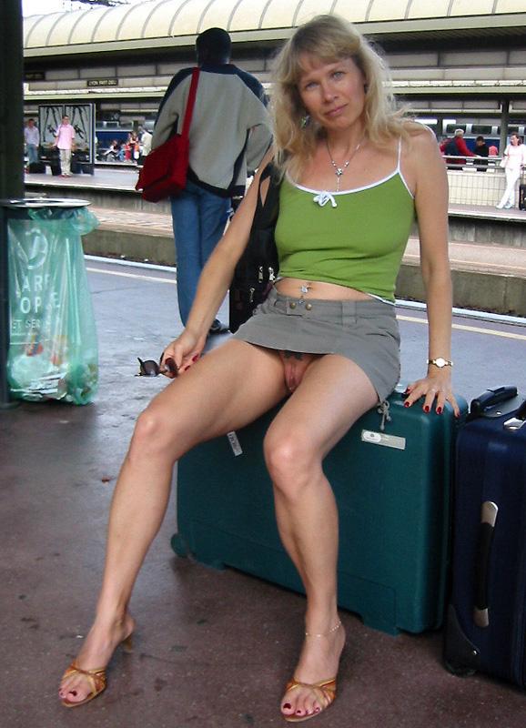 фото женщины в чулках но бес трусов в общественных местах